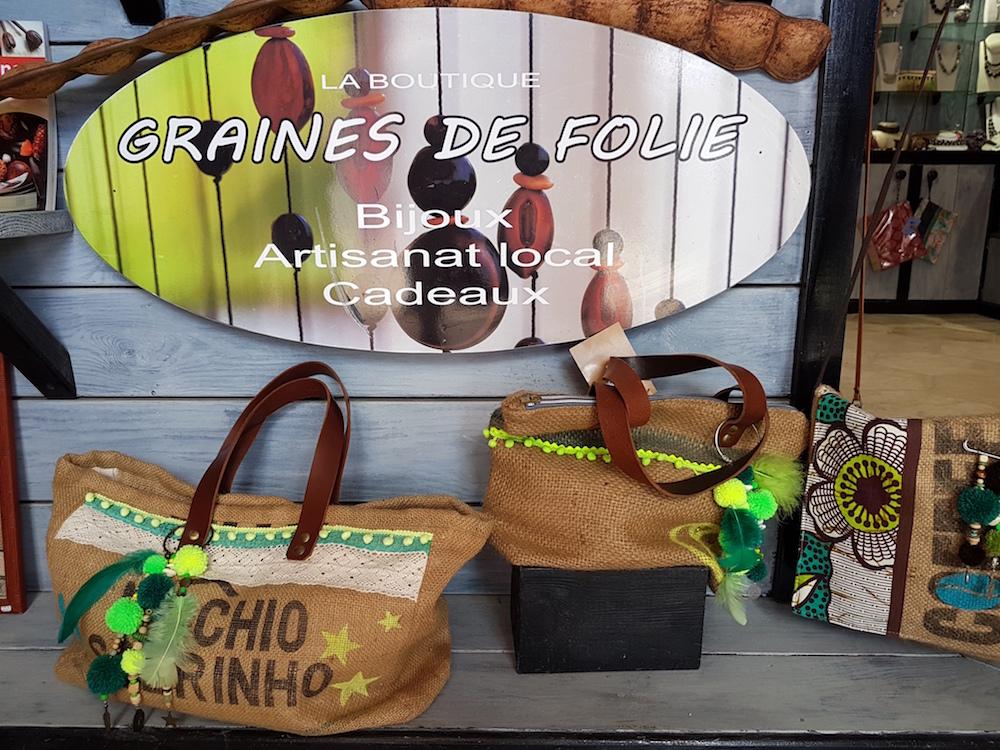 a38edd8e11 ... main en Guadeloupe sur la base de matériaux choisis. Des toiles de jute  issues du transport de café de différentes origines géographiques, du cuir  ...